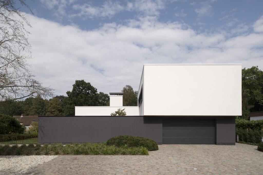 Strakke tuin bij moderne villa